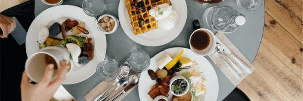 Маса за закуска - гофрети и кафе