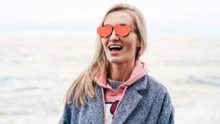 Момиче с очила-сърца на Свети Валентин